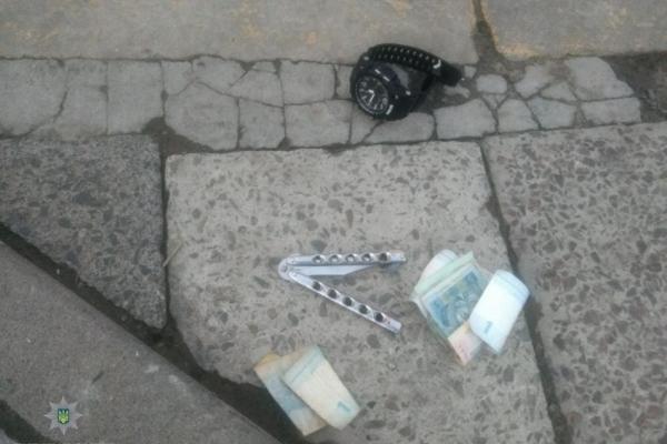 Грабіж посеред дня у Львові: погрожуючи пістолетом, вкрали у перехожого годинник