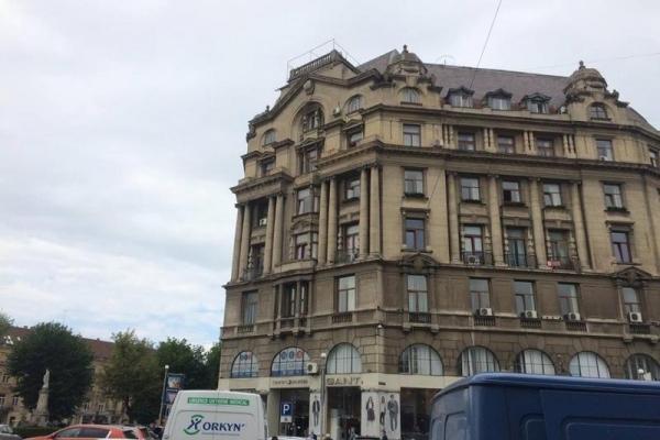 У Львові на «Будинку книги» таки демонтували незаконну рекламну конструкцію