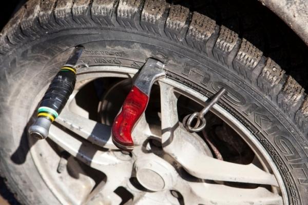 На Львівщині чоловік потрапив до реанімації після того, як перед ним розірвалося колесо