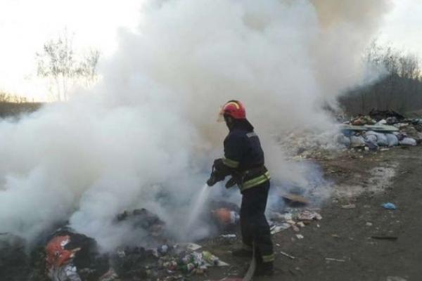 На Львівщині ліквідували пожежу на сміттєзвалищі