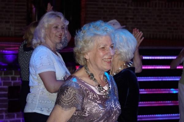 «Сиві та щасливі»: у Львові пенсіонери зробили фурор в нічному клубі