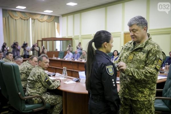 Львівську патрульну, яку ножем у живіт поранив учасник ДТП, виписали з лікарні