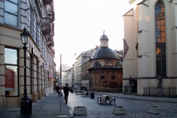 У центрі Львова чоловіка придушив шмат фасаду будинку