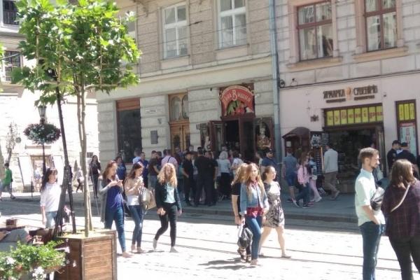 На площі Ринок демонтують літній майданчик