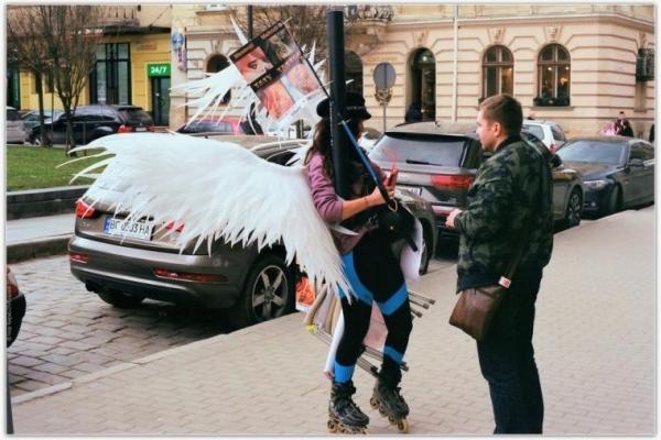 Львівські поліцейські затримали «ангела» за, ніби то, аморальну поведінку (Фото)