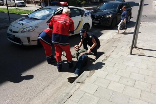 Постраждалого від наїзду поліцейського авто львів'янина госпіталізували (Відео)
