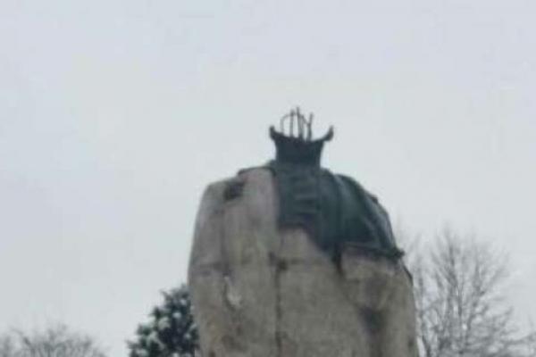 Суд виніс вирок чоловіку, який обезголовив пам'ятник Шевченку на Львівщині (Фото)
