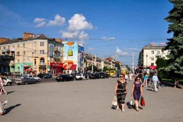 Пару львівських наркоманів не збентежила ні маленька донька, ні камера (Відео 18+)