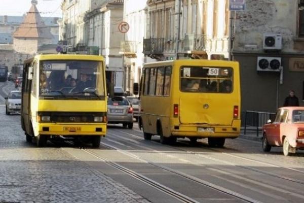 Водій львівського автобуса вигнав із нього сироту