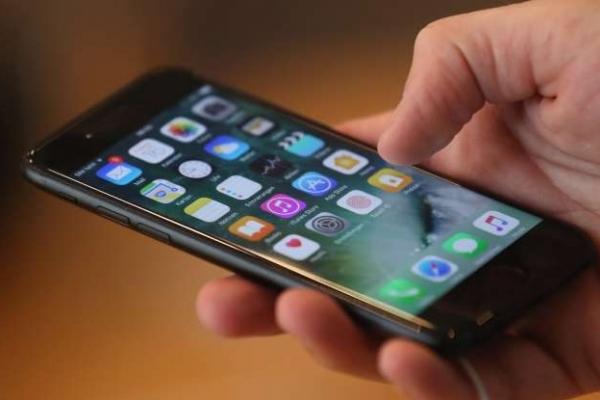 У Львові троє чоловіків відібрали в жінки iPhone 7