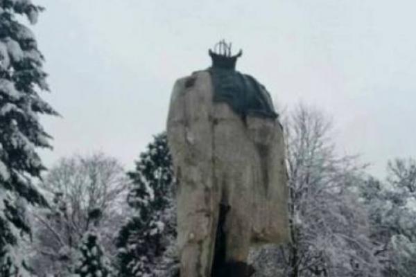 Чоловіка, який вкрав і здав на металобрухт частину пам'ятника Шевченку, засудили до 3 років