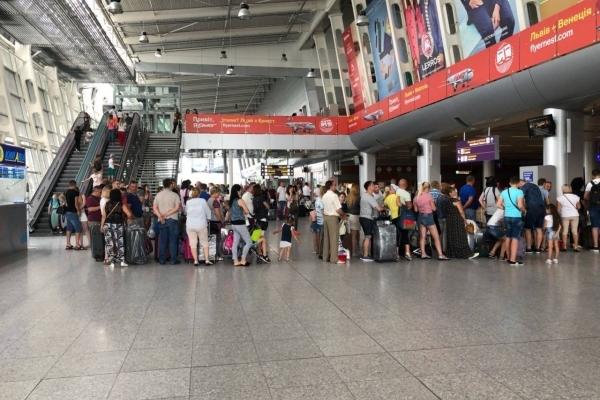 Аеропорт «Львів» призупиняв надання послуг авіакомпанії YanAir через борги