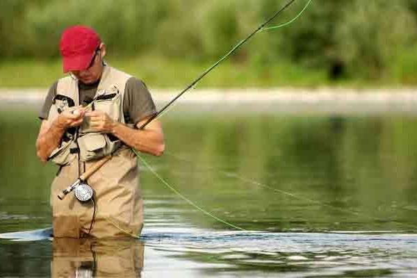 На Львівщині рибалка зацепив себе гачком за язик
