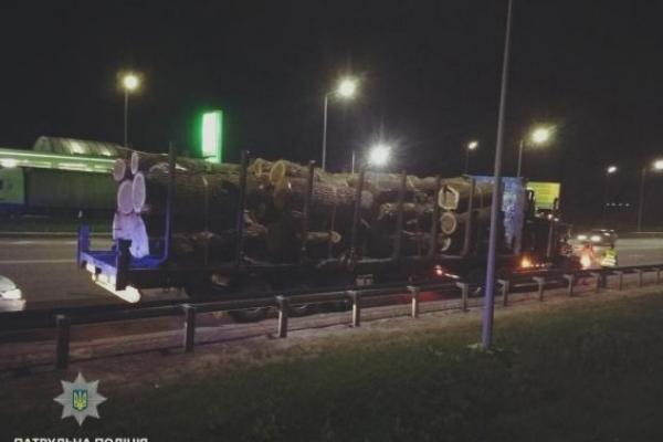 Перевізник нечіпованої деревини пропонував хабар львівським патрульним