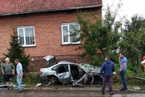 Восьмеро людей травмувалися внаслідок зіткнення автомобіля з електроопорою (Відео)