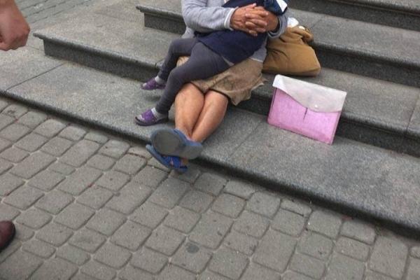 У центрі Львова ромка жебракувала з непритомною дитиною