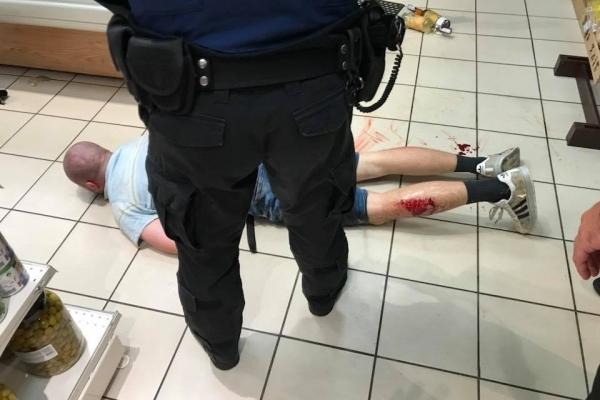У Львові чоловік із ножами напав на продавців у виномаркеті