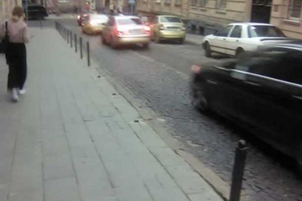 У Львові невідомі зрізали захисні стовпці, аби ті не заважали паркуватись на тротуарі