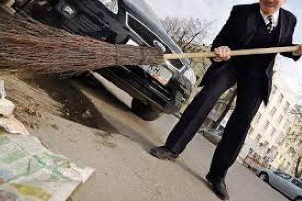 На Львівщині депутата позбавили посади та змусили підмітати вулиці
