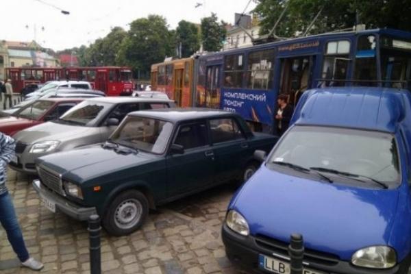 «Львівелектротранс» відсудив у водіїв автомобілів 164 тисячі гривень