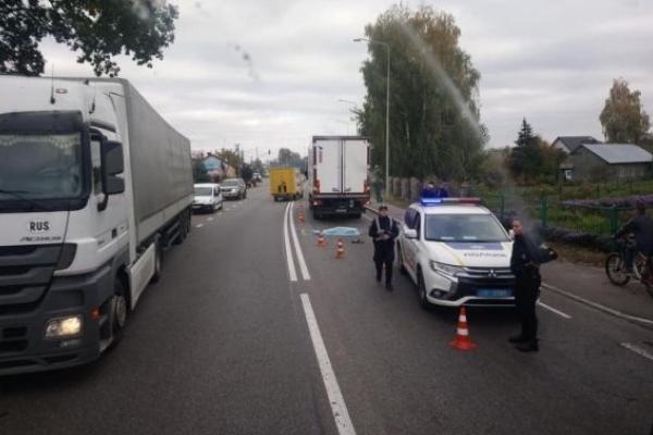 На Львівщині під колесами вантажівки загинула людина