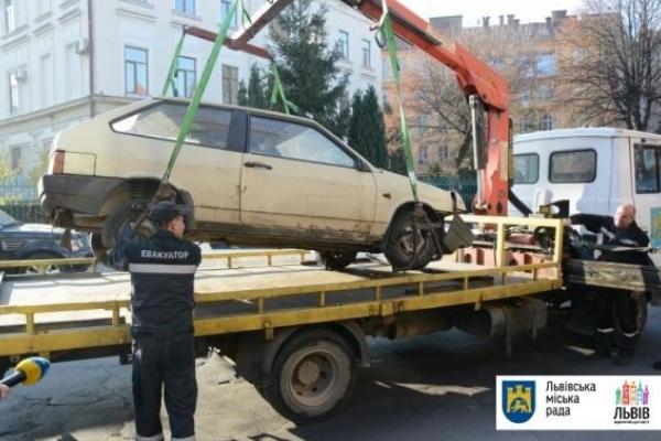 У Львові розпочали евакуацію покинутих автомобілів
