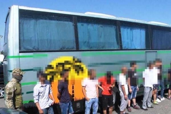 У Львівській області затримали вантажівку з нелегалами