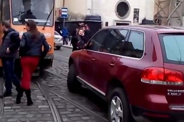 «Львівелектротранс» стягнув із водіїв автівок 221 тисячу гривень