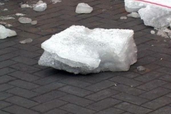 На ринку у Львові жінці на голову впала снігова брила