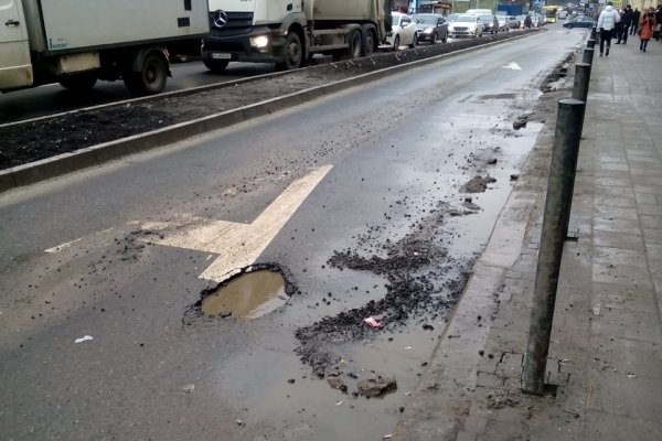 У Львові на відремонтованій вулиці зійшов асфальт