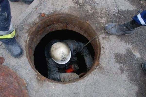 У Жовкві чоловік вижив після падіння у триметровий каналізаційний відстійник