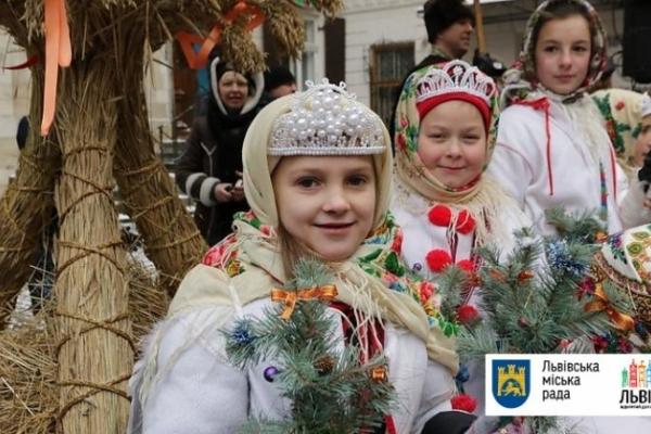 У переддень Різдва у Львові встановили Різдвяного Дідуха