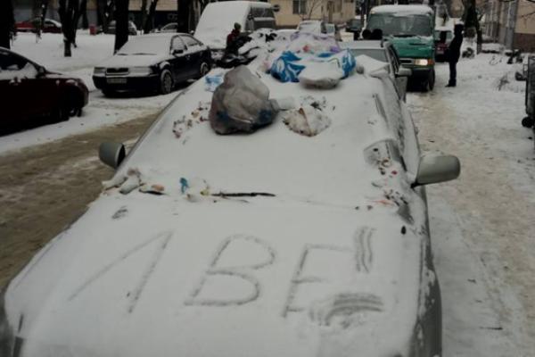 Львів'яни закидали сміттям «Тойоту» порушника правил паркування