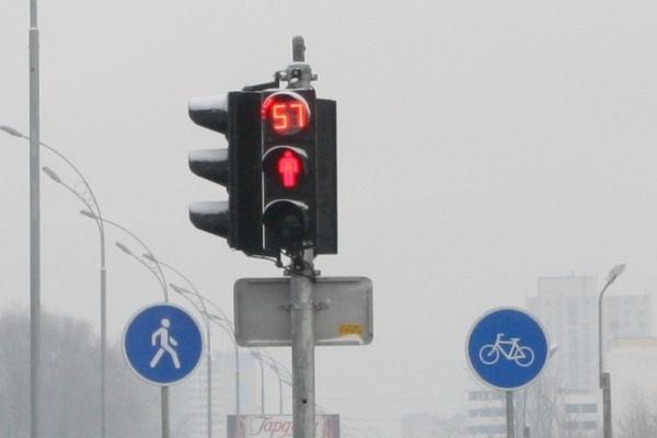 Перехожі не дали чоловіку повіситися на світлофорі у Львові