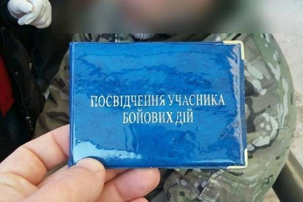 У Львові на зупинці громадського транспорту рятували непритомного військового