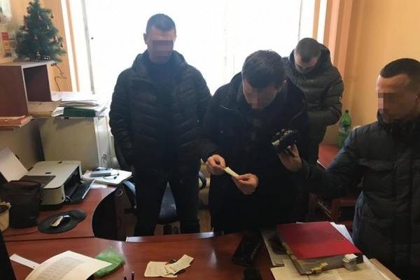 Львівський слідчий вимагав 12 тисяч доларів від жінки, яка зберігала наркотики