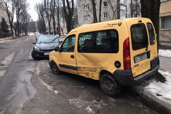 У Львові нетверезий водій в'їхав у припарковане авто (Фото)