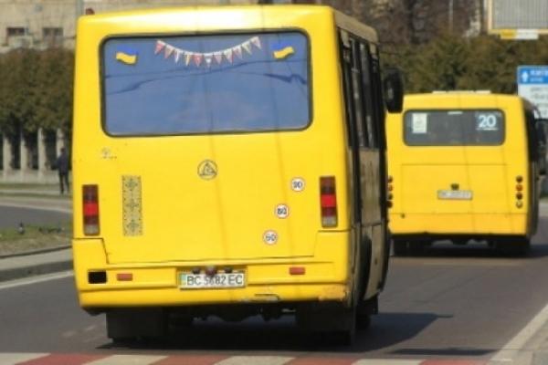 На Львівщині через неуважність водія з маршрутного автобуса випала пасажирка