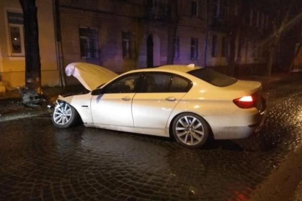 Легковик не розминувся у Львові з деревом