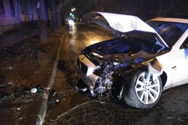 У Львові водій BMW в'їхав в дерево (Фото)