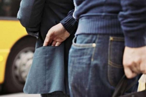 У Львові на зупинці у жінки вкрали телефон і гроші