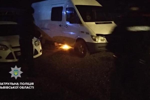 У Львові кримчанин намагався скоїти самогубство на парковці, розвівши багаття під бусом