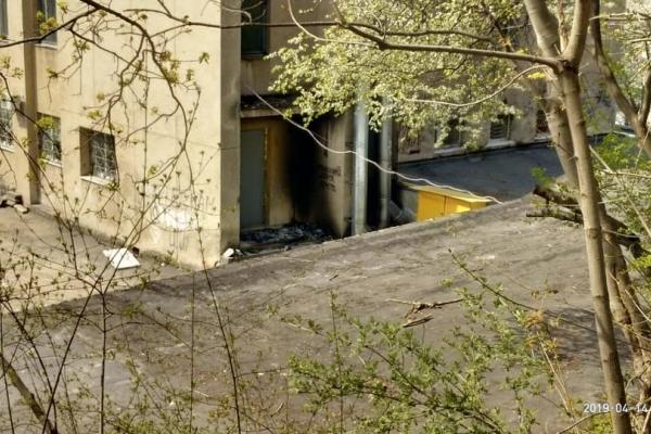 У Львові біля будівлі райадміністрації виявили обгорілий труп (Фото)