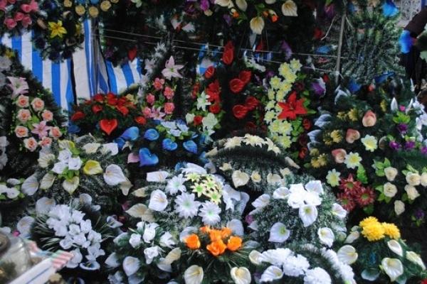 Жителів Львівщини закликають відмовитися від пластикових квітів