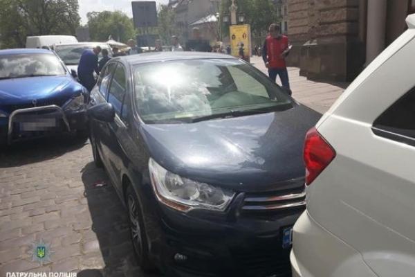 Водій легковика розбив шість автівок у центрі Львова (Відео)