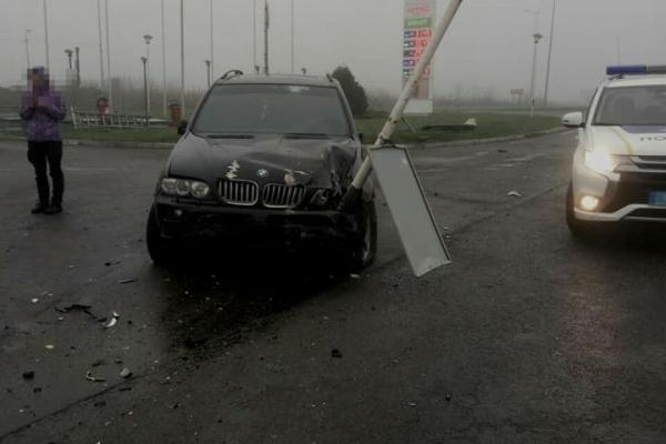 В Сокільниках п'яний водій пробив свій автомобіль дорожнім знаком (Фото)