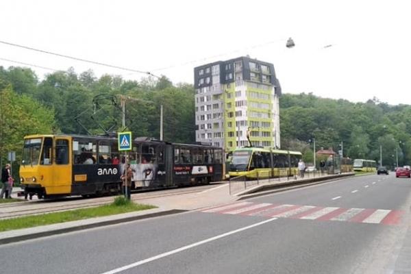У Львові трамвай збив 18-річну дівчину, яка перебігала колію