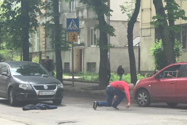 Нетверезий чоловік ускладнив рух транспорту у Львові