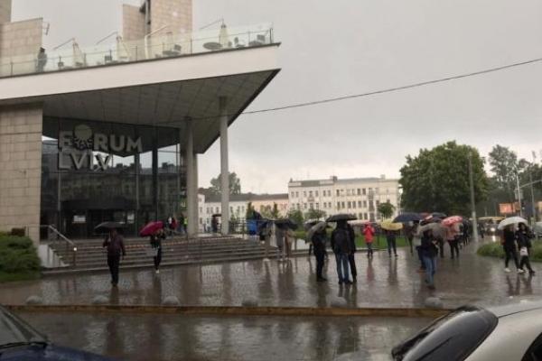 У Львові шукають вибухівку в торговому центрі
