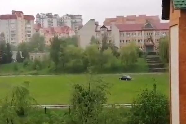 У Трускавецькій школі автівка виїхала на футбольне поле